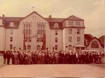 Fotografia przedstawiająca Szkołę Morską orazabsolwentów na60-lecie jej utworzenia