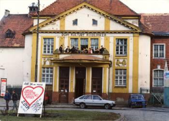 Budynek Centrum Kultury iSztuki wTczewie, daw. Dom Kultury Kolejarza, finał Wielkiej Orkiestry Świątecznej Pomocy z2 stycznia 1994 r.